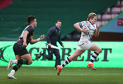 Dan Thomas of Bristol Bears runs in his team's 1st Try bearng Marcus Smith of Harlequins - Mandatory by-line: Matt Impey/JMP - 26/12/2020 - RUGBY - Twickenham Stoop - London, England - Harlequins v Bristol Bears - Gallagher Premiership Rugby