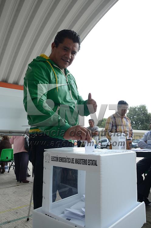 Toluca, México.- Integrantes del Sindicato de Maestros al Servicio del Estado de México (SMSEM) acudieron a las casillas de votación donde emitieron el sufragio para elegir al nuevo dirigente a cargo del sindicato. Agencia MVT / Arturo Hernández.
