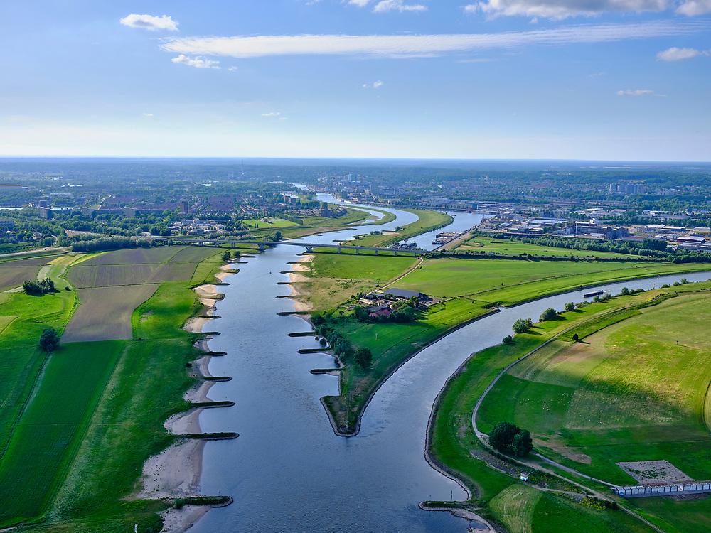 Nederland, Gelderland, Westervoort, 14–05-2020; IJsselkop, splitsing Nederrijn in Nederrijn richting Arnhem en IJssel (rechts). Naast de IJsselkop ligt de Hondsbroeksche Pleij, voormalige uiterwaard, nu een van de Ruimte voor de Rivier lokaties. Regelwerk draagt zorg voor de verdeling van het rivier water bij hoogwater.<br /> IJsselkop, junction Nederrijn in Nederrijn to Arnhem and IJssel (right). Next to the IJsselkop is the Hondsbroeksche Pleij, former flood plain, now one of the Room for the River locations. Highwater arrangment is responsible for the distribution of river water at high water.<br /> luchtfoto (toeslag op standaard tarieven);<br /> aerial photo (additional fee required)<br /> copyright © 2020 foto/photo Siebe Swart