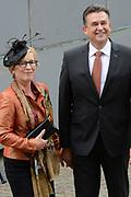 Prinsjesdag 2014 - Aankomst Politici op het Binnenhof.<br /> <br /> Op de foto: SP-fractievoorzitter Emile Roemer met partner