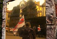 Bialystok, 25.03.2021. Obchody Dnia Woli (Wolnosci) - 103. rocznicy niepodleglosci Bialorusi. Bialoruskie wladze za Swieto Niepodleglosci uznaja 3 lipca - date wyzwolenia terenow Bialorusi przez Armie Czerwona w 1944 roku. Pod konsulatem bialoruskim pojawilo sie kilkadziesiat osob  z zakazanymi na Bialorusi bialo-czerwono-bialymi flagami narodowymi, ktore obowiazywaly w latach 1991-1995. N/z demonstranci pod konsulatem bialoruskim fot Michal Kosc / AGENCJA WSCHOD