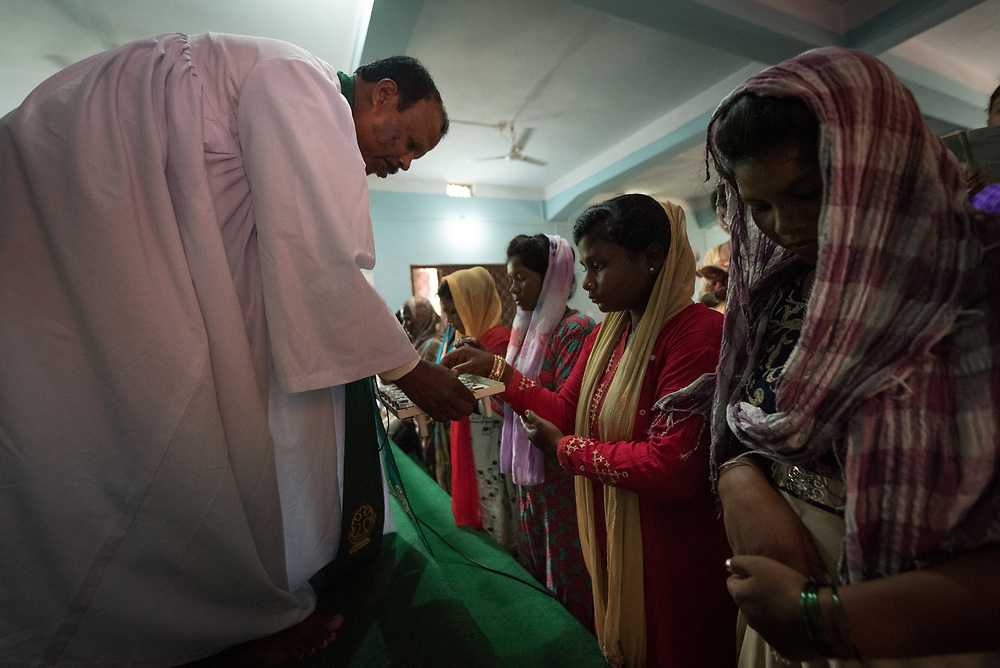 """15 September 2018, Laxmipur, Nepal: Women congregants receive wine from NELC president Rev. Joseph Soren. """"You are the light of the world"""" was the theme, based on Matthew 5:14, as hundreds gathered at the Nepal Evangelical Lutheran Church in Laxmipur on 15 September to worship together with ecumenical guests and visitors from the Lutheran World Federation. The Nepal Evangelical Lutheran Church was established in 1943, and celebrated its 75th anniversary on 14 September."""