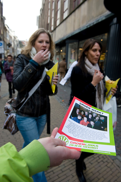 Nederland, Utrecht, 20 feb 2010.Campagne voor gemeenteraads verkiezingen. Groen Links flyert in een utrechtse winkelstraat..Foto Michiel Wijnbergh