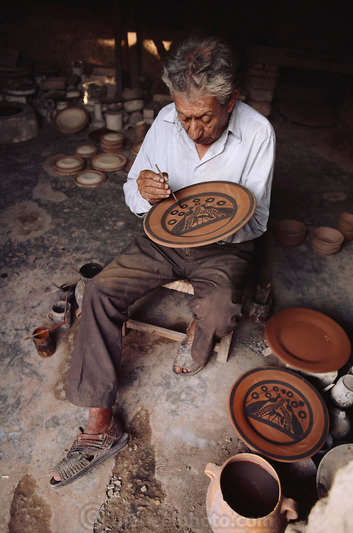 MEX_114_xs.Painter of flat dinner plates in a workshop in Tonala, Mexico..