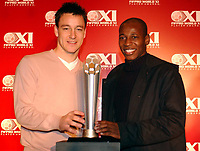 Fotball<br /> Launch of FIFPro World X1 players awards in London<br /> John Terry and Louis Boa Morte stand with the FIFPro trophy<br /> 2. mars 2005<br /> Foto: Digitalsport<br /> NORWAY ONLY