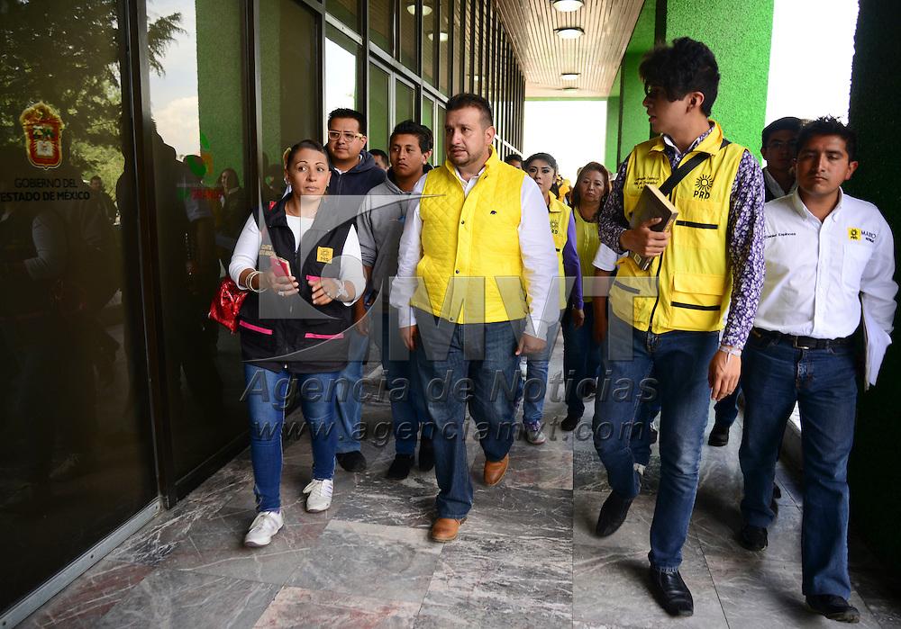 Toluca, México.- Mario Medina Peralta, candidato a Diputado local de Toluca por el PRD se presento en la PGJEM a realizar una denuncia de hechos, debido a que el día 20 de mayo recibió un mensaje de texto amenazador.  Agencia MVT / Crisanta Espinosa