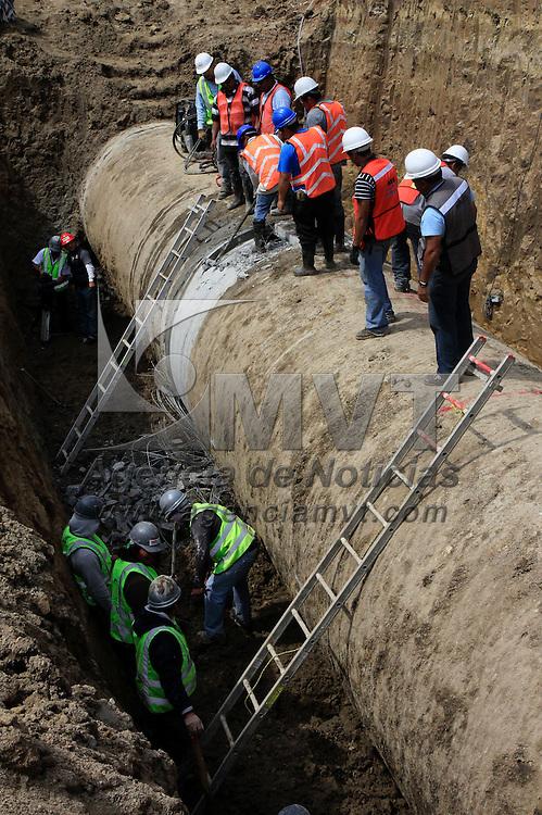 Toluca, México.- CONAGUA realiza la reparación de plantas de bombeo del sistema Cutzamala y cambio de válvulas y tubos de conducción, por lo cual el suministro de agua se suspendió en algunos municipios y en otros se bajo el nivel, y será hasta el sábado se restablecerá el suministro en su totalidad.  Agencia MVT / Crisanta Espinosa