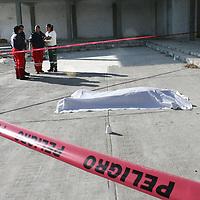 MEXICALTZINGO, México.- Un hombre, fue localizado la mañana de este viernes asesinado a balazos frente a una construcción ubicada sobre la carretera Toluca-Tenango, kilómetro 10+900 el reporte fue recibido por la policía municipal de Mexicaltzingo. Agencia MVT / José Hernández. (DIGITAL)