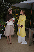 Mrs. Arnaud Bamberger and  Sophie de Picciotti. Cartier dinner after thecharity preview of the Chelsea Flower show. Chelsea Physic Garden. 23 May 2005. ONE TIME USE ONLY - DO NOT ARCHIVE  © Copyright Photograph by Dafydd Jones 66 Stockwell Park Rd. London SW9 0DA Tel 020 7733 0108 www.dafjones.com