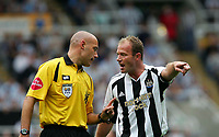 Fotball<br /> England 2005/2006<br /> Foto: SBI/Digitalsport<br /> NORWAY ONLY<br /> <br /> FA Barclays Premiership<br /> Newcastle United v Manchester United<br /> 28th August, 2005<br /> <br /> Newcastle's Alan Shearer (R) argues his point with the referee, Howard Webb (L).