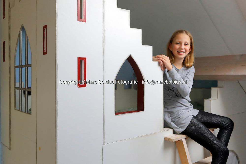 Nederland,  Den Bosch, rubriek Vraag en Aanbod, het kasteelbed van Helen van Maasakkers. Foto dochter Ella