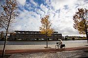In Haarlem rijdt een oudere fietser op het fietspad langs de Spaarne.<br /> <br /> In Haarlem a cyclist in a bike lane passes the Spaarne.