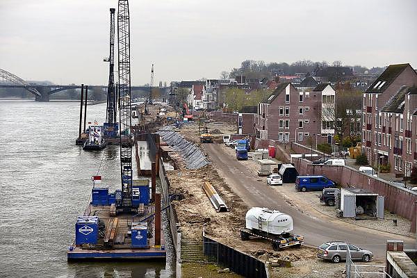 Nederland, Nijmegen, 21-11-2013Een aannemer is bezig met de  werkzaamheden om de damwand van de Waalkade te vervangen. De damwand die de Waalkade tegenhoudt was aan het verzakken. De kade is ondergraven door wegspoelend zand.  De waterkering dateert van 1980, 1981.Foto: Flip Franssen/Hollandse Hoogte