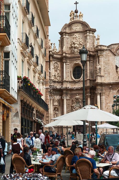 Espagne, Valence, vieille-ville, terrasses de bar sur la Plaza de la Reina et la cathédrale Sainte-Marie de Valence// Spain, Valencia, old town, bar terrace on Plaza de la Reina and Saint-Mary of Valencia