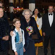 NLD/Amsterdam/20181119 - Beatrix bij 21e Nederlands Balletgala Dansersfonds '79, aankomst pr. Beatrix met Han Ebelaar en Alexandra Radius