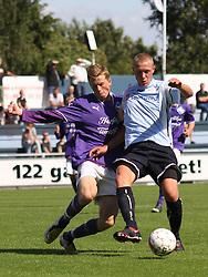 FODBOLD: Joakim Mathiesen (HB Køge) kæmper med Casper Sørensen (Helsingør) under kampen i Danmarksserien, pulje 1, mellem Elite 3000 Helsingør og HB Køge den 16. august 2009 på Helsingør Stadion. Foto: Claus Birch