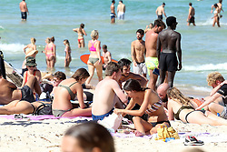 AU_1902946 - *EXCLUSIVE* Bondi Beach, AUSTRALIA  - What Coronavirus... beach goers pack in like sardines at Bondi Beach. not a care in the world it seems. no mask, not social distancing.<br />