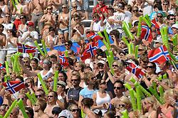 28-06-2009 VOLLEYBAL: WK BEACHVOLLEYBAL: STAVANGER<br /> Publiek support met Noorse vlaggen<br /> ©2009-WWW.FOTOHOOGENDOORN.NL / Peter Schalk