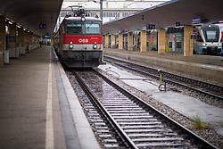 """26.11.2018, Westbahnhof, Wien, AUT, Warnstreik der Eisenbahner Gewerkschaft vida zwischen 12:00 und 14:00 Uhr. im Bild Leere Bahnsteige am Westbahnhof // during warning strike of the railway workers at """"Westbahnhof"""" in Vienna, Austria on 2018/11/26. EXPA Pictures © 2018, PhotoCredit: EXPA/ Michael Gruber"""