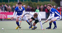 UTRECHT - Hockey - Robbert Kemperman (l) en Lukas Siebinga (r) van Kampong brengen  Jan Hagemans van Rotterdam op het verkeerde been  zondag tijdens de hoofdklasse hockeywedstrijd tussen de mannen van Kampong en Rotterdam (5-1).  COPYRIGHT KOEN SUYK