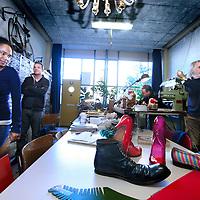 Nederland, Amsterdam , 15 oktober 2011..17 oktober is het dertig jaar geleden dat woon-werkpand Tetterode gekraakt werd. Op zaterdag 15 vanaf 11.00 en zondag 16 oktober vanaf 12.00 uur wordt dit gevierd..Met veel kunst uit Tetterode, activiteiten, korte films over Tetterode, Tet Talks, een BBQ, een kunstboekpresentatie over Tetterode van Ad Nuis, bands en disco..Op de foto het open atelier van schoenmaker Robin Hood. Tetterode is een van de eerste woon-werkpanden in Amsterdam. Het bijzondere aan het pand is dat de bewoners/gebruikers alles in eigen beheer hebben. Op de foto atelier bezichtiging van Anne-Lore Kuryszczuk..Foto:Jean-Pierre Jans