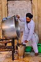 Inde, Delhi, vieux Delhi, temple sikh de Gurudwara Sis Ganj Sahib, l'heure du thé // India, Delhi, Old Delhi, sikh temple of Gurudwara Sis Ganj Sahib, tea time