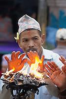 Nepal. Vallee de Katmandou. Katmandou. Offrandes matinales au temple bouddhiste de Sweta Machhendranath sur Asan Tole // Nepal. Kathmandu. Morning offering at the bouddhist temple of Sweta Macchendranath.