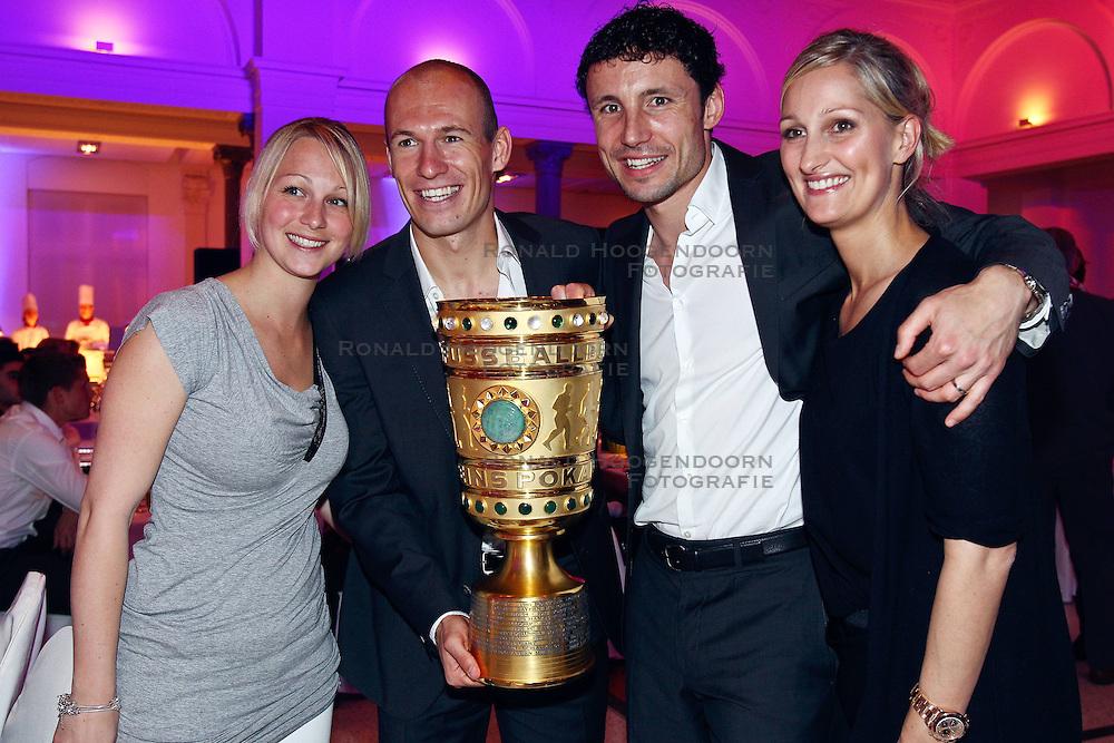 15-05-2010 VOETBAL: CHAMPIONSPARTY BAYERN MUNCHEN: BERLIN<br /> Bernadien (L) and Arjen Robben (2ndL),  Mark van Bommel (2ndL) en Andra <br /> ©2010- FRH nph /  PO