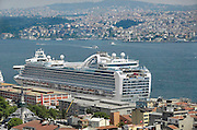 Turkije, Istanbul, 2-6-2011Cruiseschip in de haven van Istanboel. Varend hotel. Cruises door de Middelandse zee. Ruby Princess.Cruiseship in the harbour of Istanbul. Floating hotel.Foto: Flip Franssen