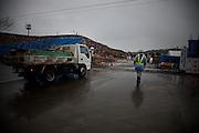 Ishinomaki  Débris en Zone portuaire  mars 2012.Une grande partie de la zone portuaire proche de la rivière Kyu kitakami est reconvertie en déchèterie. Les tonnes darchitecture et de débris sont amoncelées à ciel ouvert sur des centaines de mètres. En dehors du périmètre clos, les espaces des anciennes industries sont occupés par les débris métalliques, plus loin encore par des monts de gravats.