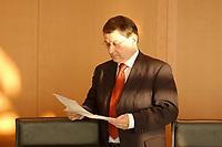 16 JAN 2002, BERLIN/GERMANY:<br /> Christoph Zoepel, SPD, Staatsminister im Auswaertigen Amt, liest in Akten, vor Beginn der Kabinettsitzung, Bundeskanzleramt<br /> IMAGE: 20020116-01-011<br /> KEYWORDS: Kabinett, Sitzung, Christoph Zöpel, Akten, Akte