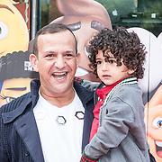 NLD/Amsterdam/20170802 - Premiere De Emoji film, Najib Amhali met zijn kinderen Novèll