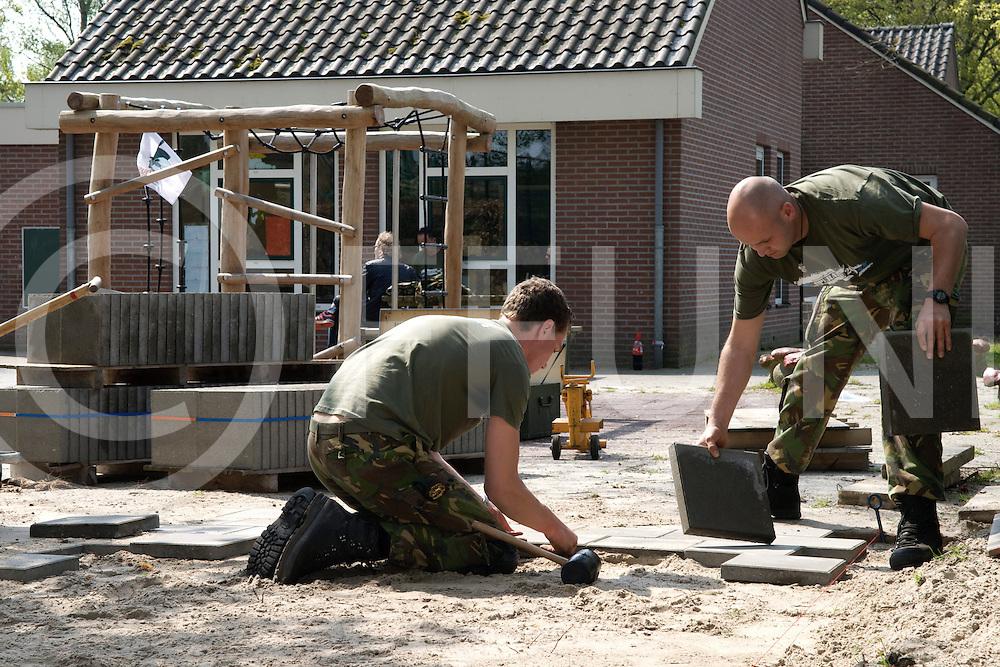 DEN VELDE - Militairen opknappers.<br /> Foto: School den Velden wordt geschilderd en bestraat door militairen.<br /> FFU PRESS AGENCY COPYRIGHT FRANK UIJLENBROEK