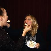 1e Repetitiedag musical Nonsens, Ellen van Rijn en Marjolein Keuning voeren elkaar taart
