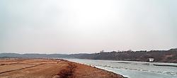 THEMENBILD - Die demilitarisierte Zone (DMZ) ist eine entmilitarisierte Zone. Sie teilt die Koreanische Halbinsel in Nord- und Südkorea und wurde nach dem drei Jahre dauernden Koreakrieg im Jahre 1953 eingerichtet. Die DMZ ist 248 Kilometer lang und ungefähr vier Kilometer breit. In ihrer Mitte verläuft die Militärische Demarkationslinie (MDL), die Grenze zwischen Nord- und Südkorea. Die DMZ wird von der aus Vertretern beider Seiten bestehenden Waffenstillstandskommission MAC (von engl. Military Armistice Commission) verwaltet. Das Betreten der DMZ ohne Genehmigung der Waffenstillstandskommission ist beiden Seiten grundsätzlich untersagt. Hier im Bild übersicht auf die Grenzzäune in der DMZ zu Nordkorea. Aufgenommen am 28. Februar 2018 // The Korean Demilitarized Zone (DMZ) is a strip of land running across the Korean Peninsula. It is established by the provisions of the Korean Armistice Agreement to serve as a buffer zone between the Democratic People's Republic of Korea (North Korea) and the Republic of Korea (South Korea). The demilitarized zone (DMZ) is a border barrier that divides the Korean Peninsula roughly in half. It was created by agreement between North Korea, China and the United Nations in 1953. The DMZ is 250 kilometres (160 miles) long, and about 4 kilometres (2.5 miles) wide. In the Picture: Survey on the border fences in the DMZ to North Korea.. DMZ on 28th February 2018. EXPA Pictures © 2018, PhotoCredit: EXPA/ Johann Groder