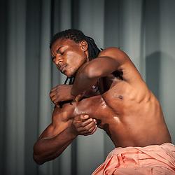 """Apresentação do espectáculo """"Solos para um Dó Maior"""" da Companhia de Dança Contemporânea de Angola (CDCA) no Centro Cultural Português em Luanda"""