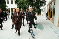 29 AUG 2006, BERLIN/GERMANY:<br /> Angela Merkel (L), CDU, Bundeskanzlerin, und Franz Muentefering (R), SPD, Bundesarbeitsminister, auf dem Weg zu einer Pressekonferenz zur Vorhabenplanung der Bundesregierung im Herbst 2006, Bundespressekonferenz<br /> IMAGE: 20060829-01-003<br /> KEYWORDS: Franz Müntefering, Verband, Schiene, Gips