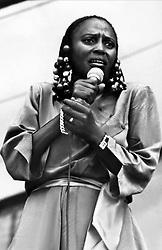 Miriam Makeba  Singer   01 June 1987  Miriam Makeba (1987), music, Musik / Personen, Portrait, Porträt, schwarze Sängerin mit Mikrofon, Haarschmuck     Date: 01-Jun-87 (Credit Image: © Mary Evans via ZUMA Press)