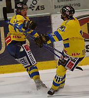 Ishockey   27  februar   2007  - GET ligaen , Kvartfinale 2 ,<br /> Hamar OL-Amfi    <br /> <br /> Foto: Dagfinn Limoseth, Digitalsport <br /> <br /> Storhamar v Stjernen  (4-2)<br /> <br /> Geir Svendsberget , Storhamar laget 4-2 målet mot Stjernen .Gratuleres av Martin Polivka