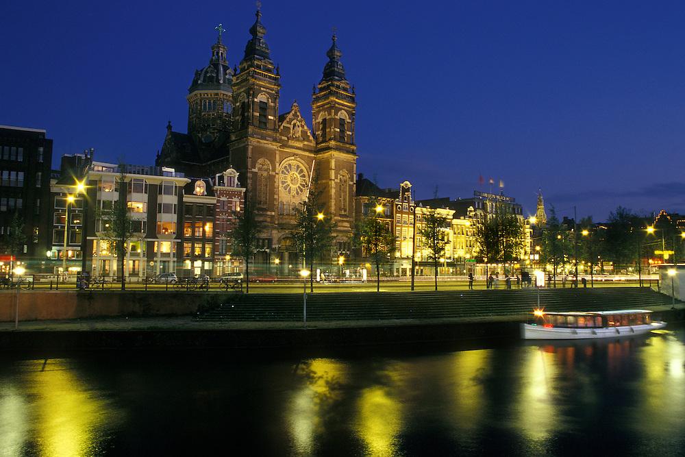 Holanda. Amsterdam..Vista nocturna de la Iglesia de San Nicolás..© JOAN COSTA...