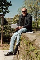 02.05.1999, Deutschland/Bonn:<br /> Rezzo Schlauch, MdB, Fraktionsvorsitzender Bündnis 90/Die Grünen, vor Beginn einer Öffentlichen Anhörung zu den Ursachen und Folgen des Kosovo-Krieges, Beethovenhalle, Bonn<br /> IMAGE:  19990502-01/01-07