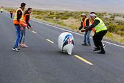 De Eta Prime met Calvin Moes komt aan na de eerste avondrun. In Battle Mountain (Nevada) wordt ieder jaar de World Human Powered Speed Challenge gehouden. Tijdens deze wedstrijd wordt geprobeerd zo hard mogelijk te fietsen op pure menskracht. Het huidige record staat sinds 2015 op naam van de Canadees Todd Reichert die 139,45 km/h reed. De deelnemers bestaan zowel uit teams van universiteiten als uit hobbyisten. Met de gestroomlijnde fietsen willen ze laten zien wat mogelijk is met menskracht. De speciale ligfietsen kunnen gezien worden als de Formule 1 van het fietsen. De kennis die wordt opgedaan wordt ook gebruikt om duurzaam vervoer verder te ontwikkelen.<br /> <br /> In Battle Mountain (Nevada) each year the World Human Powered Speed Challenge is held. During this race they try to ride on pure manpower as hard as possible. Since 2015 the Canadian Todd Reichert is record holder with a speed of 136,45 km/h. The participants consist of both teams from universities and from hobbyists. With the sleek bikes they want to show what is possible with human power. The special recumbent bicycles can be seen as the Formula 1 of the bicycle. The knowledge gained is also used to develop sustainable transport.