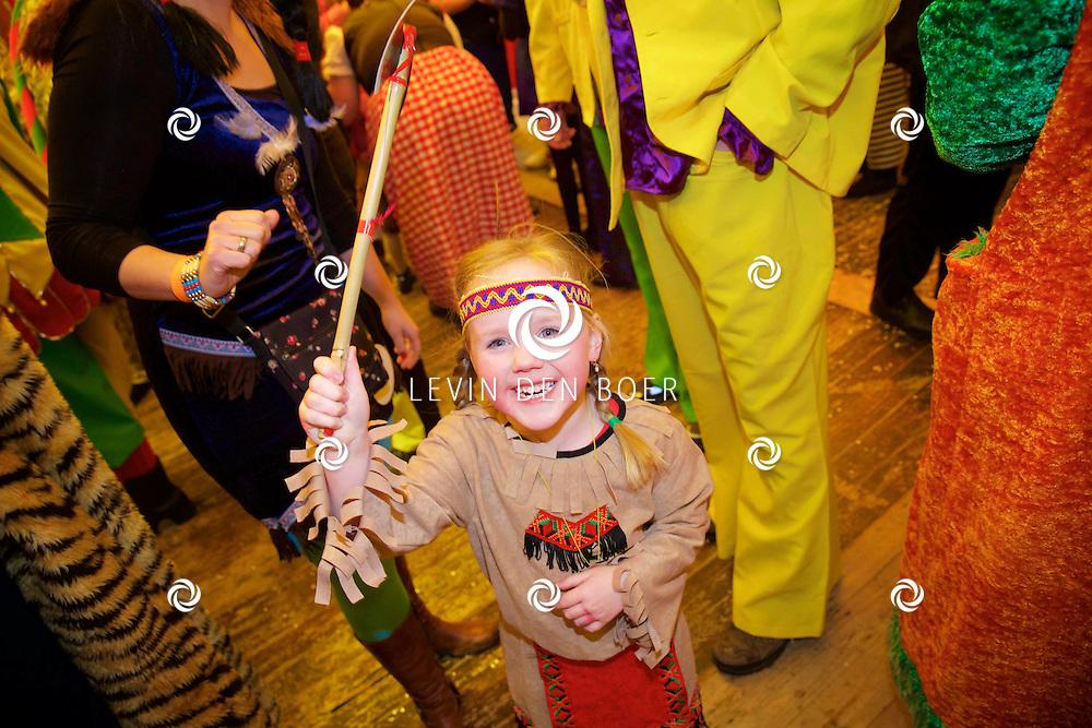 MISPELGAT - Het carnaval gebruis in Mispelgat 2015. Met hier op de foto  Carnavalvierders in de Mispelpoort. FOTO LEVIN DEN BOER - KWALITEITFOTO.NL