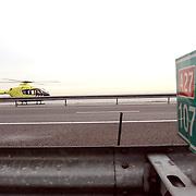 Dodelijk ongeval A27 Blaricum, lifeline 1.lifeliner, heli, helicopter, geel, nieuw, ongeluk, snelweg, rijksweg, auto, middengeleider, kilometerbord