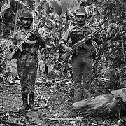 """HERMANOS COLINDRES MILICIANOS DEL ASENTAMIENTO """"EL ESCAMBRAY"""", FRONTERA CON HONDURAS. NICARAGUA. 1985."""