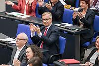 08 NOV 2018, BERLIN/GERMANY:<br /> Dietmar Bartsch, MdB, Die Linke Fraktionsvorsitzender, applaudiert, Bundestagsdebatte zum Gesetzentwurf der Bundesregierung ueber Leistungsverbesserungen und Stabilisierung in der gesetzlichen Rentenversicherung, Plenum, Deutscher Bundestag<br /> IMAGE: 20181108-01-012<br /> KEYWORDS: Sitzung, klatscht, Applaus
