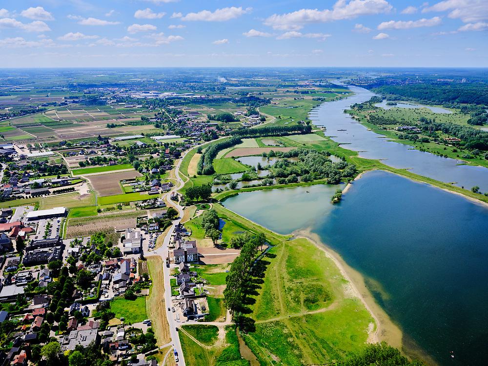 Nederland, Gelderland, Gemeente Neder-Betuwe.; 27-05-2020; Nederrijn bij Opheusden, Rijnbandijk (winterdijk). Na het hoogwater van 1995 is de dijk versterkt en verbeterd. In de achtergrond natuur en recreatiegebied Maneswaard<br /> Lower Rhine near Opheusden, Rijnbandijk (winter dyke). After the high water in 1995, the dyke was strengthened and improved. In the background nature and recreation area Maneswaard.<br /> <br /> luchtfoto (toeslag op standard tarieven);<br /> aerial photo (additional fee required)<br /> copyright © 2020 foto/photo Siebe Swart
