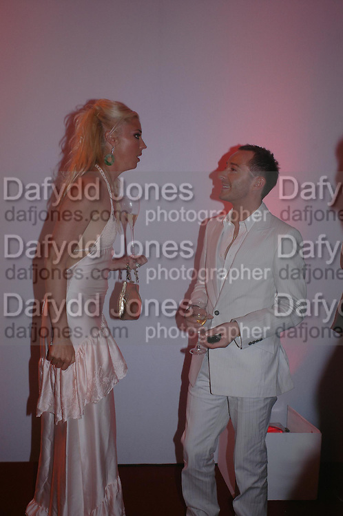 Tamara Beckwith and Scott Henshall. Glamour Women Of The Year Awards 2005, Berkeley Square, London.  June 7 2005. ONE TIME USE ONLY - DO NOT ARCHIVE  © Copyright Photograph by Dafydd Jones 66 Stockwell Park Rd. London SW9 0DA Tel 020 7733 0108 www.dafjones.com