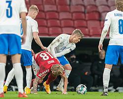 Arnór Sigurdsson (Island) kæmper med Daniel Wass (Danmark) under kampen i Nations League mellem Danmark og Island den 15. november 2020 i Parken, København (Foto: Claus Birch).