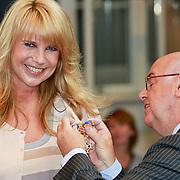 NLD/Huizen/20110429 - Lintjesregen 2011, Koninklijke onderscheiding voor Linda de Mol uitgereikt door burgemeester Fons Hertog